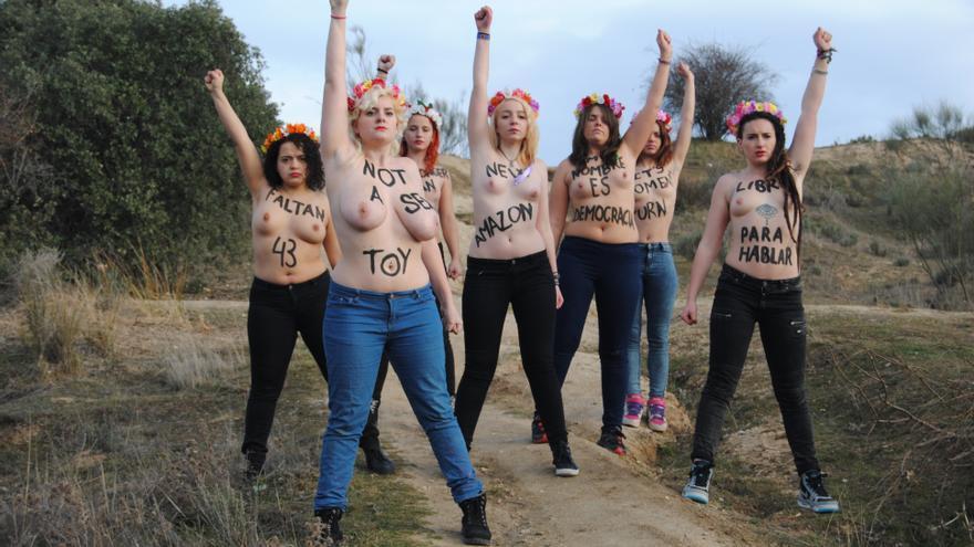 Las nuevas activistas de Femen posan para la foto oficial tras su entrenamiento.
