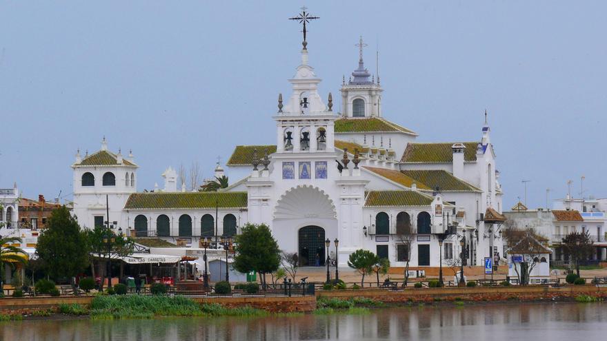 Basílica de la Virgen del Rocío, en Almonte, una de las mayores iglesias de la provincia.