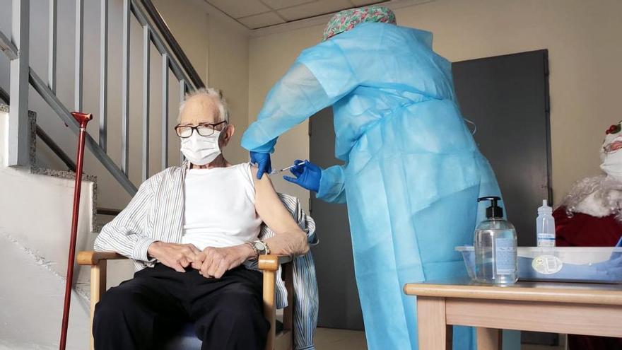Momento en el que se le administra la vacuna contra la COVID-19 a Batiste Martí en Rafelbunyol.