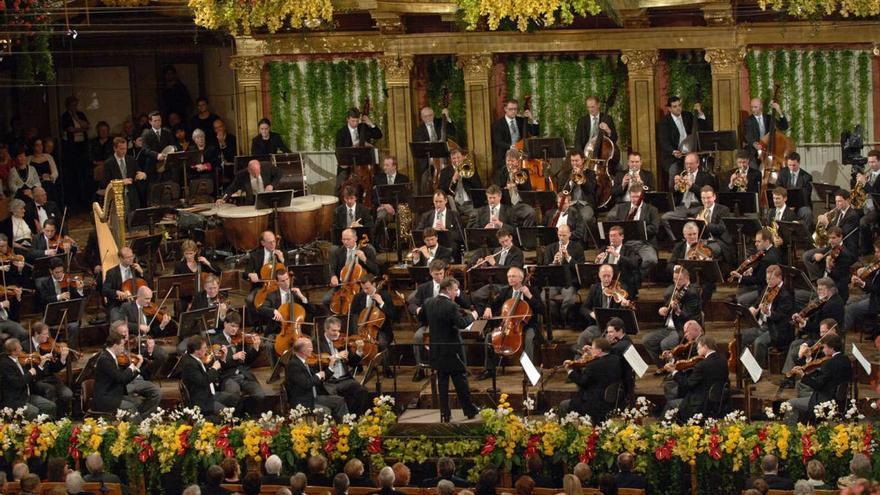 Imagen de la Orquesta Filarmónica de Viena, una de las de más prestigio del mundo, en la que se observa que no hay ni un solo instrumentista que toque su instrumento como lo haría un zurdo.
