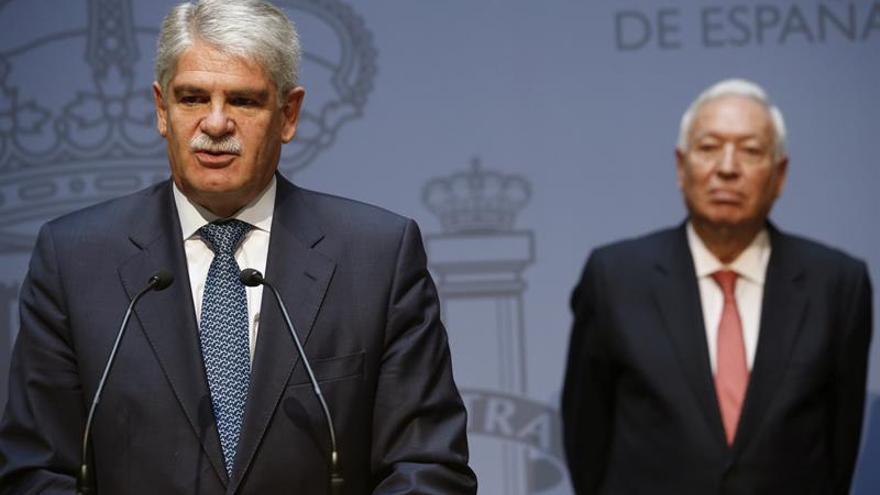 El ministro de Asuntos Exteriores y Cooperación, Alfonso Dastis (izda), junto a su antecesor en el cargo, José Manuel García-Margallo, durante el acto de toma de posesión celebrado en la sede del Palacio de Santa Cruz.