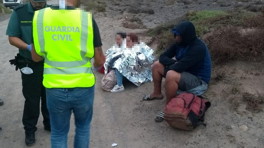 Agentes de la Guardia CIvil atienden a un grupo inmigrantes en Famara.