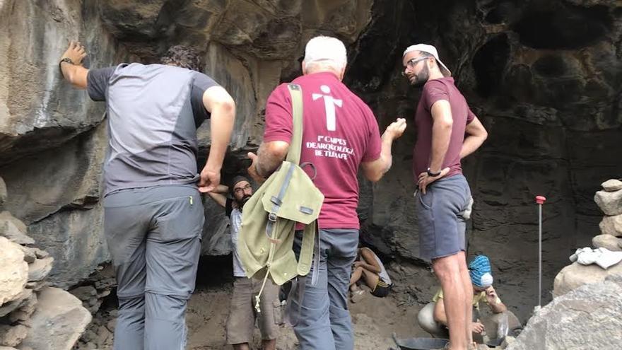 Jorge Pais, Francisco Pérez, Javier Soler y Julio intercambiando conocimientos sobre los hallazgos.