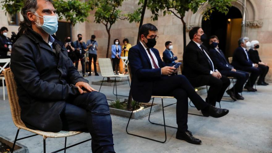 El presidente de Omnium Cultural, Jordi Cuixart, y el secretario general de Junts, Jordi Sànchez, en el Palau de la Generalitat.