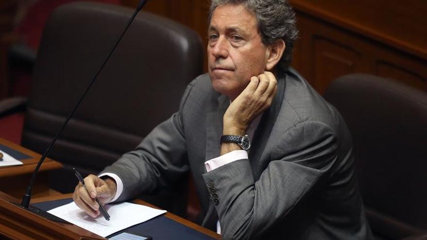Renuncia el ministro de Economía peruano al perder la confianza del Congreso