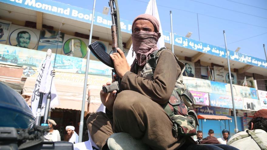 Combatientes talibanes patrullando en Jalalabad, Afganistán.