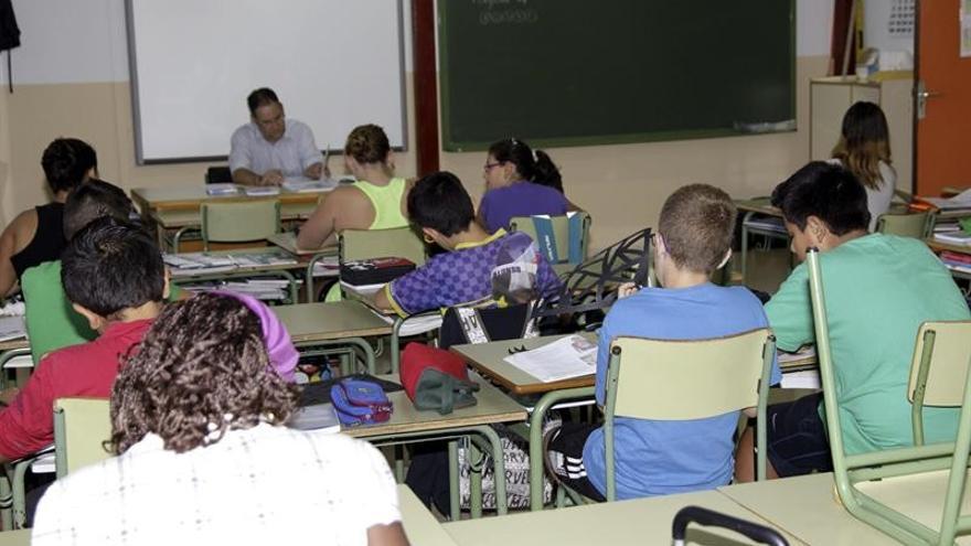Alumnos recibiendo una lección en el aula