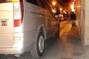 Vehículo con dos ruedas totalmente encima de la acera a su paso por Hernán Cortés | Foto: A.P