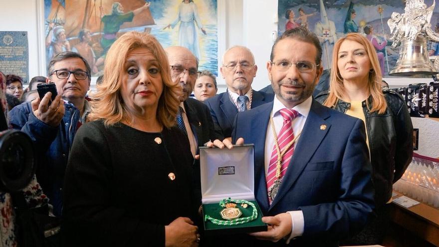 La familia de Chiquito dona la Medalla de Andalucía a la cofradía del Cautivo