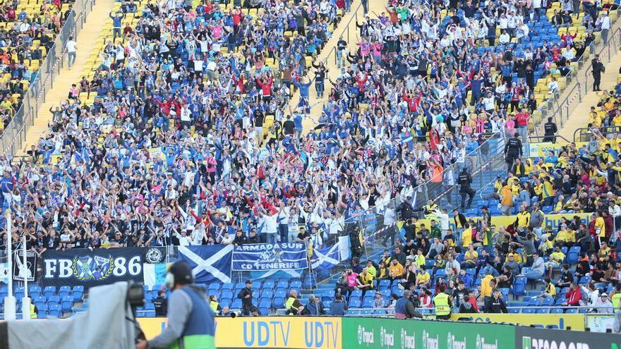 Aficionados del CD Tenerife el pasado sábado en el Estadio de Gran Canaria.