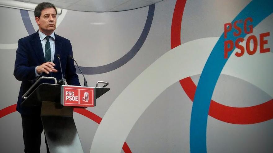 Besteiro, anunciando su dimisión ante la prensa