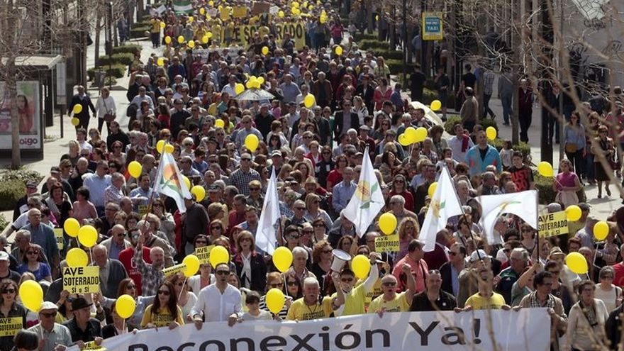 Miles de personas claman contra los 700 días sin trenes en Granada y exige que llegue el AVE