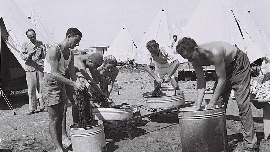 1 Marzo de 1940. Los nuevos inmigrantes lavan sus ropas en el campamento de migrantes cerca del Kibbutz Na'an. Foto: KLUGER ZULTAN/ Government Press Office (Israel)