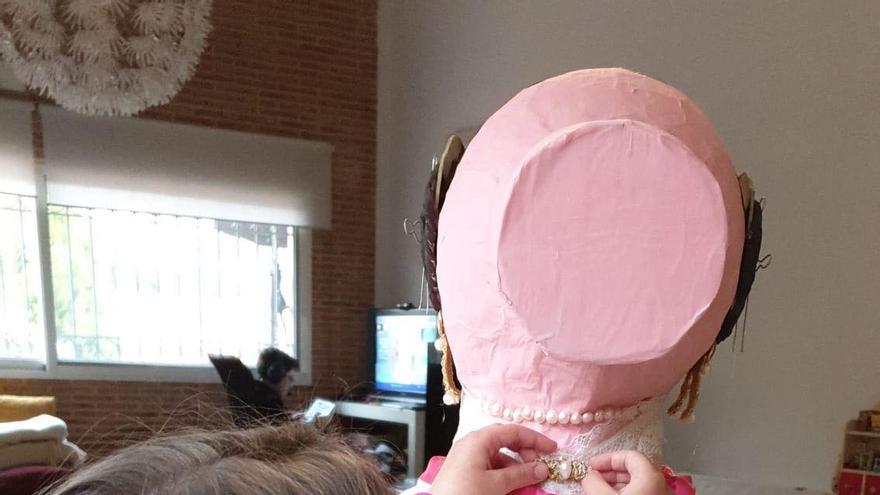Los infantiles de la falla plaza Doctor Collado realizan ninots caseros que se expondrán en fotos en redes sociales y se quemarán en las Fallas de julio