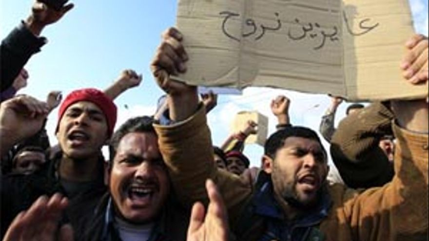 Los rebeldes libios estrechan el cerco sobre Gadafi