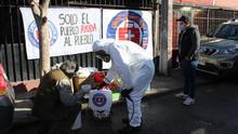 """Brigadas sanitarias autogestionadas desinfectan barrios de coronavirus en Chile: """"Se están muriendo mis vecinos"""""""