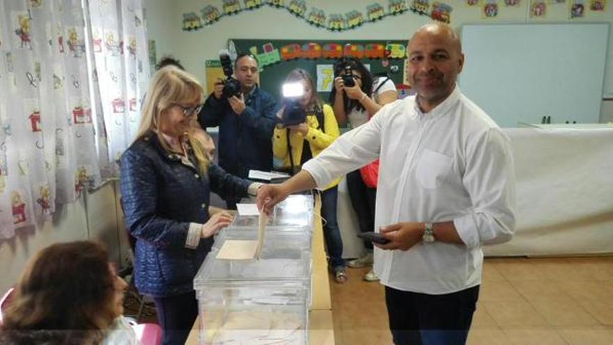 García Molina (Podemos-Castilla-La Mancha) votando / Foto: Podemos-CLM