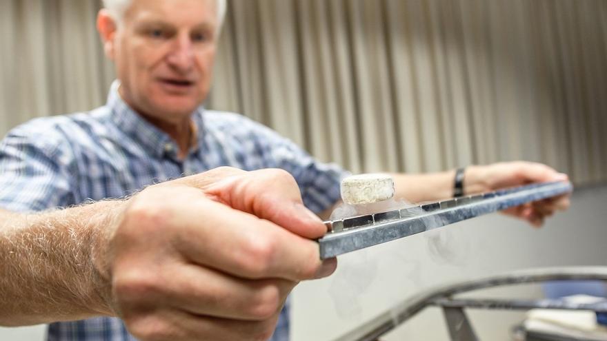 Un profesor alemán realiza una prueba de levitación magnética en la UPNA