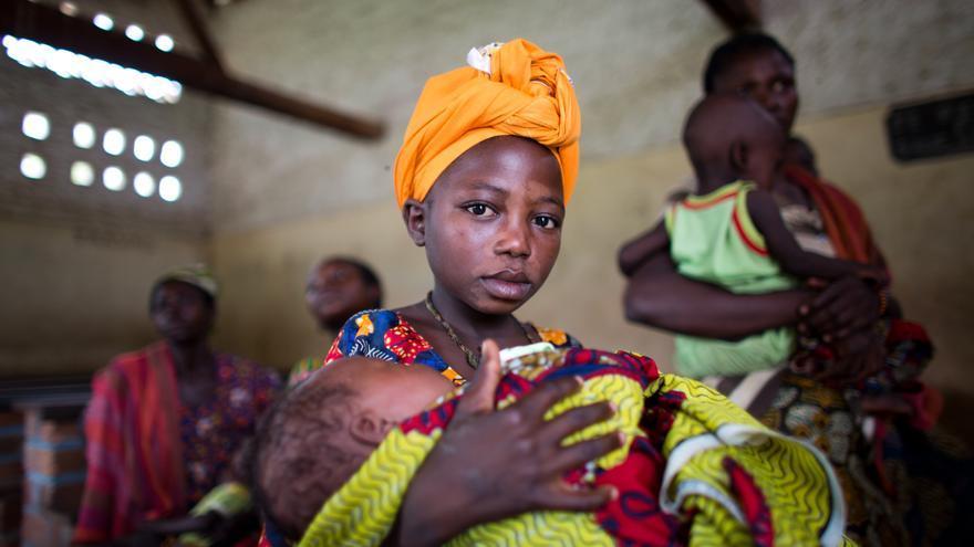 La malaria no es una enfermedad complicada ni tiene un tratamiento costoso. Sin embargo, el año pasado, la enfermedad acabó con la vida de 627.000 personas. El 90% de las víctimas vivía en África subsahariana. Mujeres y niños esperan tratamiento en una clínica móvil en República Centroafricana donde es la malaria es una de las principales enfermedades entre los menores de cinco años. Fotografía: Tom Koene