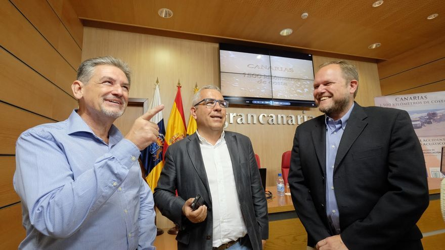 El responsable de la campaña, Sebastián Quintana; el consejero de Presidencia de Gran Canaria Pedro Justo y el concejal de Playas del Ayuntamiento de Las Palmas de Gran Canaria, José Eduardo Ramírez