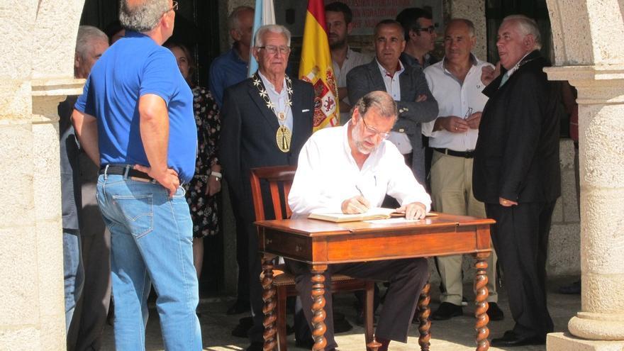 """Rajoy asegura que """"no hay confusión"""" entre el Gobierno y el PP de Madrid sobre la atención sanitaria a inmigrantes"""