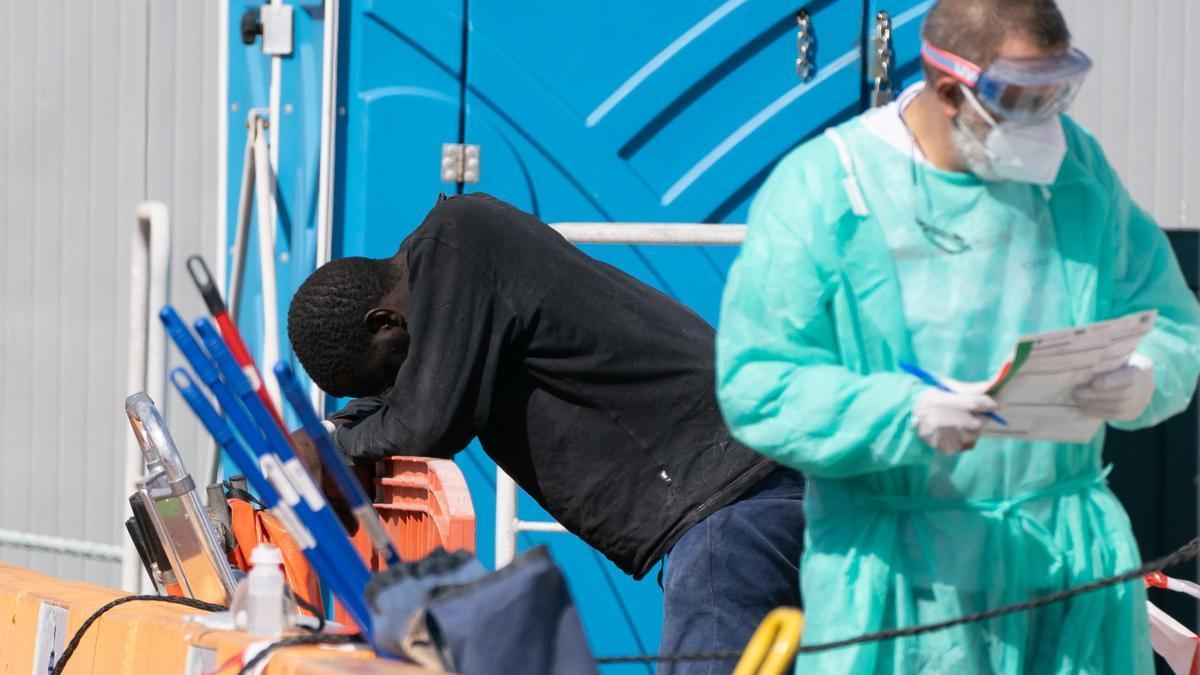 Imagen de archivo de una persona rescatada al sur de Tenerife por Salvamento Marítimo de un cayuco con 30 personas
