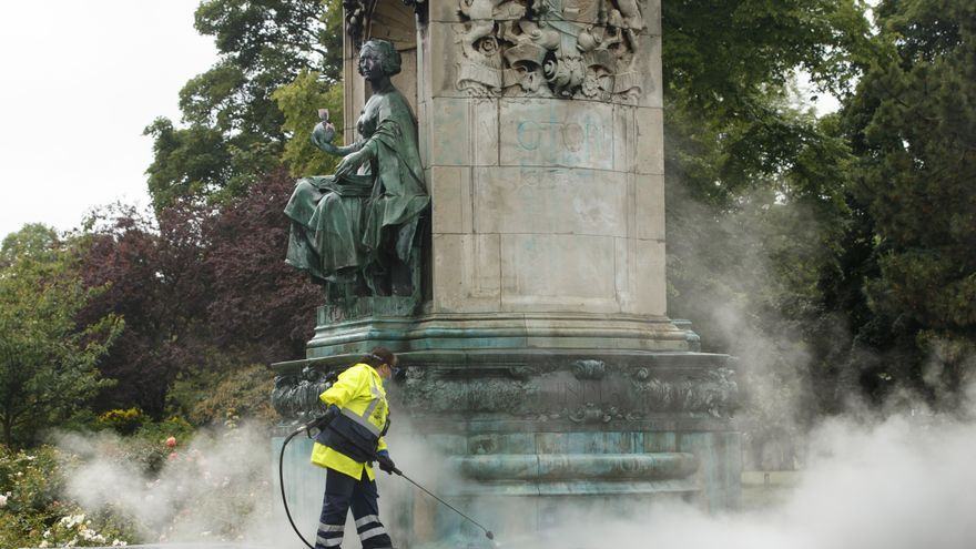 "10 June 2020, England, Leeds: A council worker cleans graffiti, that included the letters ""BLM"" and the words ""murderer"" and ""slave owner"", from a statue of Queen Victoria in Woodhouse Moor, following a raft of Black Lives Matter protests that took place across the UK over the weekend after the violent death of the African-American citizen George Floyd who was killed on 25 May 2020 by a white policeman in the US city of Minneapolis. Photo: Danny Lawson/PA Wire/dpa ONLY FOR USE IN SPAIN"