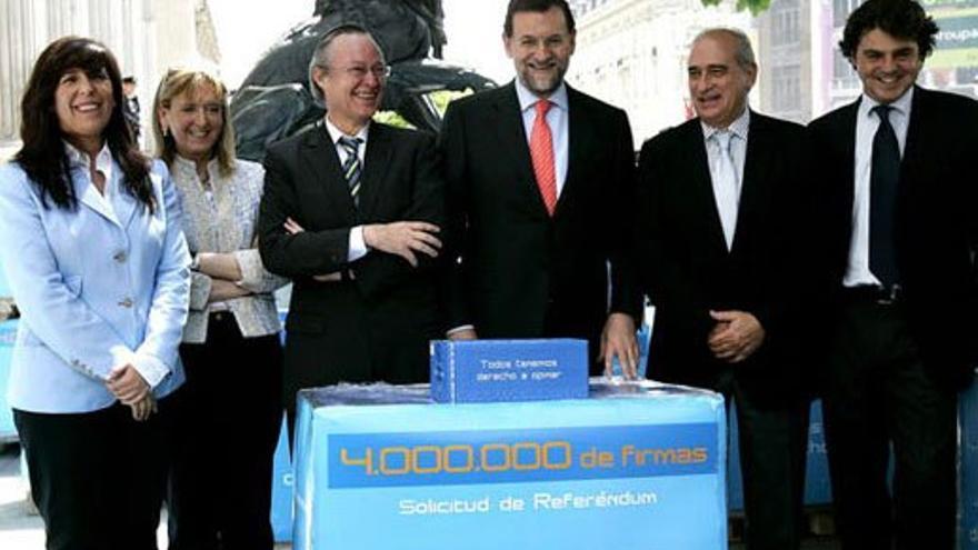 El PP presenta sus firmas por un referéndum sobre el Estatut de Catalunya. (EFE).
