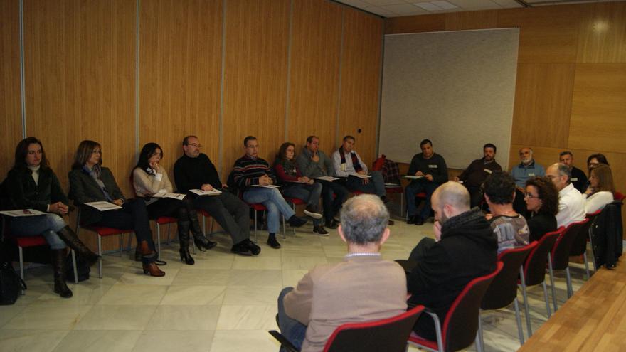 Alumnos del curso sobre nuevas masculinidades trabajan en una sesión en Córdoba.