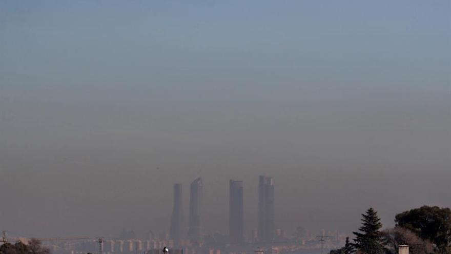 Imagen de las Cuatro Torres de Madrid bajo una intensa nube de contaminación 606c1c7c066