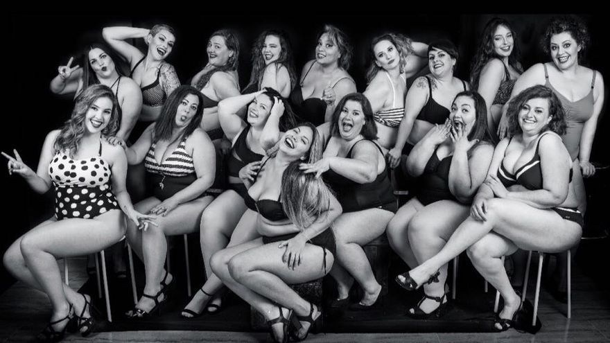 Las mujeres 'curvy' se muestran en traje de baño.