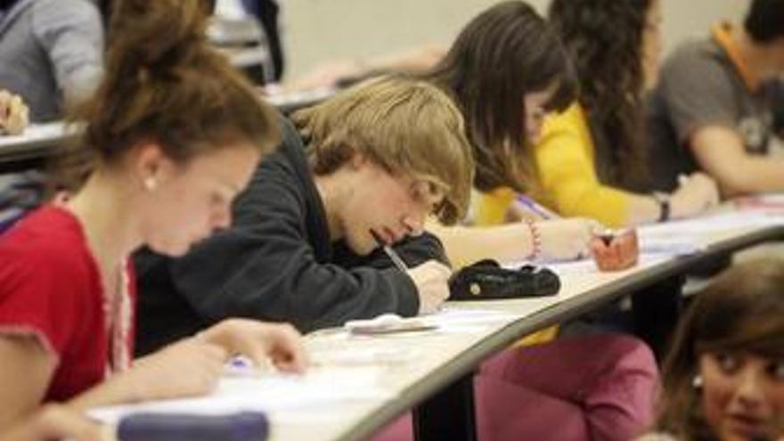 Alumnos en un examen