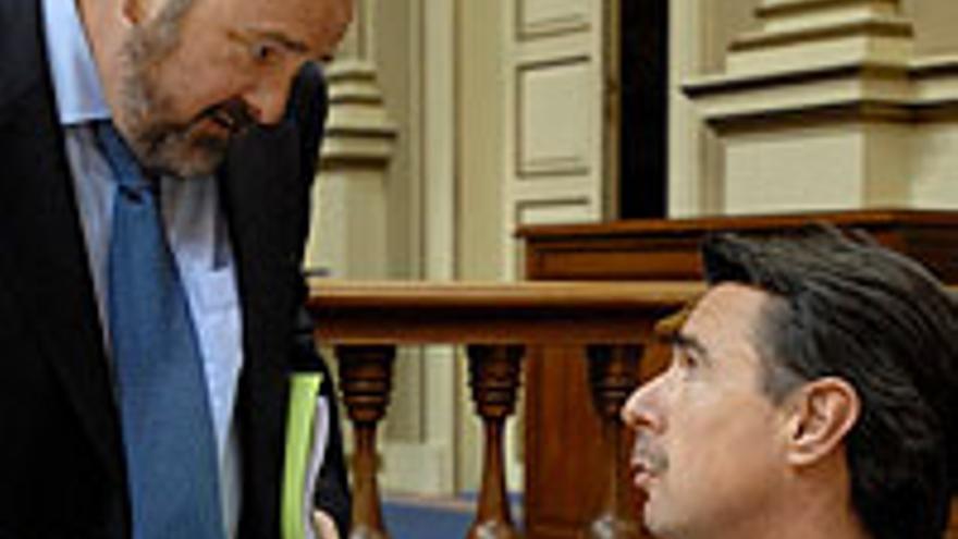 Benítez de Lugo intercambia impresiones con el presidente regional del PP.