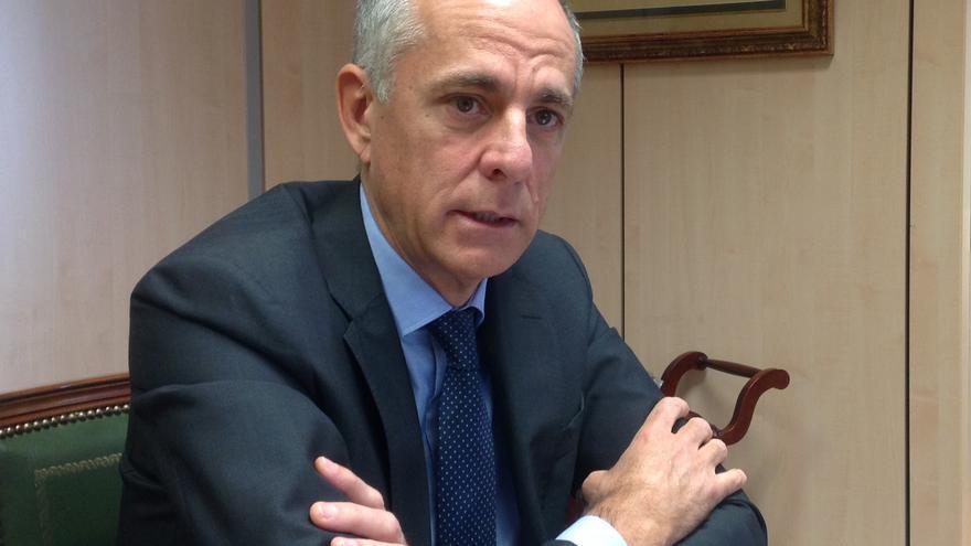 Santiago Sesé, presidente de la Cámara de Comercio tinerfeña, retratado en su despacho