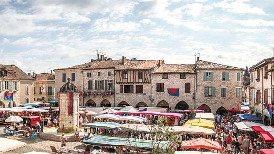Plaza principal en Eymet en el día de mercado.