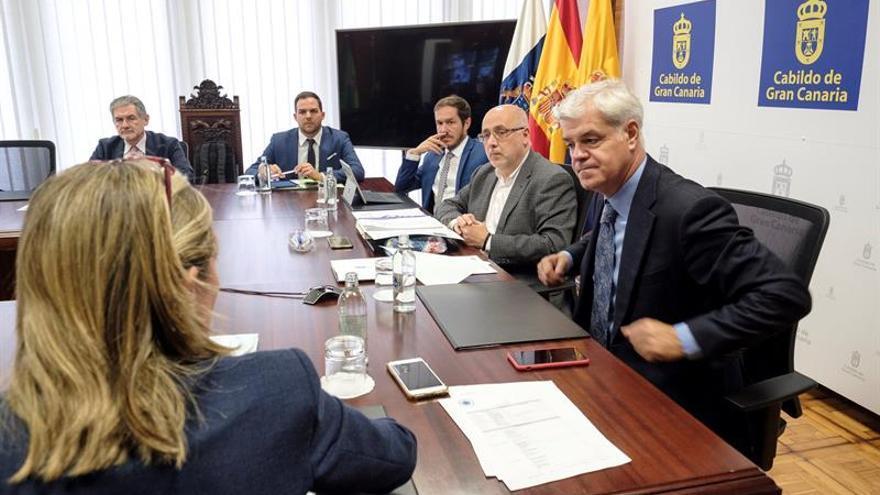 La asamblea de la Federación Canaria de Islas (Fecai) reunida bajo la presidencia de Antonio Morales (c).