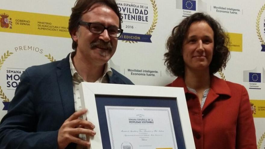 El concejal de Movilidad, Giuseppe Grezzi, recoge uno de los premios concedidos por el gobierno de Rajoy