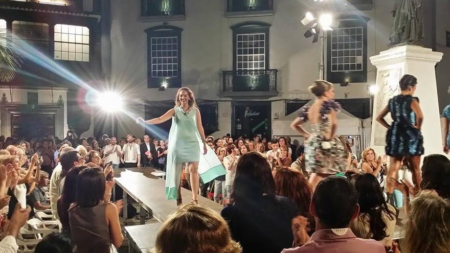 En la imagen, la joven diseñadora Paloma González Suárez por la pasarela.