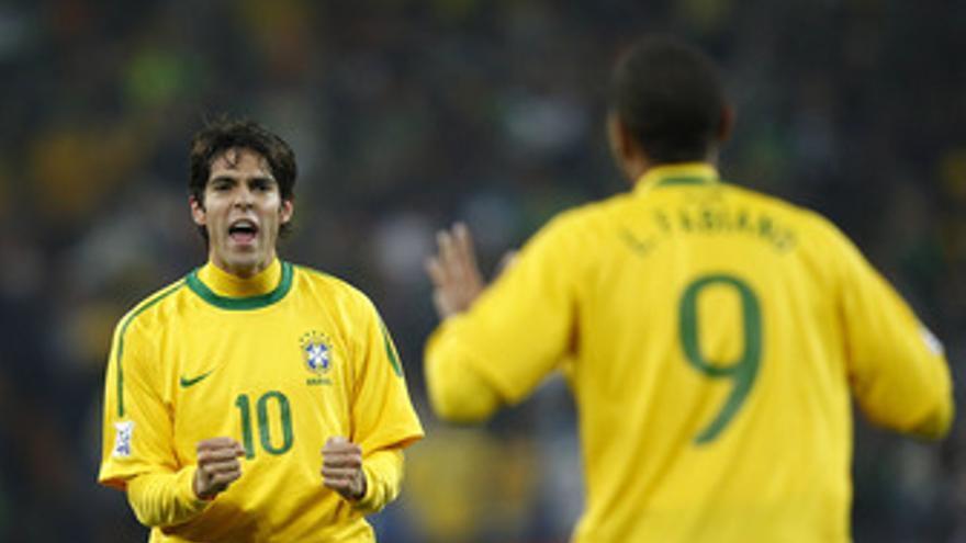 Kaka y Luis Fabiano celebran un gol en el Mundial. (EP)