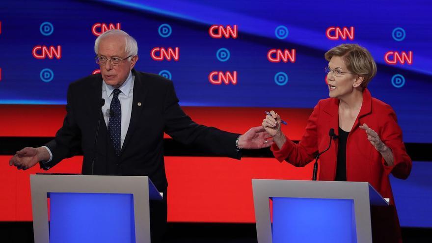 Bernie Sanders y Elisabeth Warren durante el debate de candidatos celebrado por la CNN
