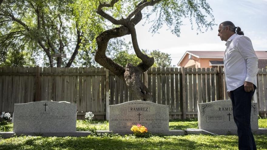 Ramiro Ramirez frente a las tumbas de sus padres en el cementerio Eli Jackson, en Texas (EEUU)