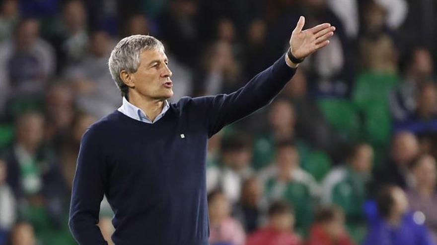 El entrenador del Real Betis, Quique Setién, durante el partido de Liga en Primera División ante el Getafe disputado en el estadio Benito Villamarín, en Sevilla. EFE/Julio Muñoz