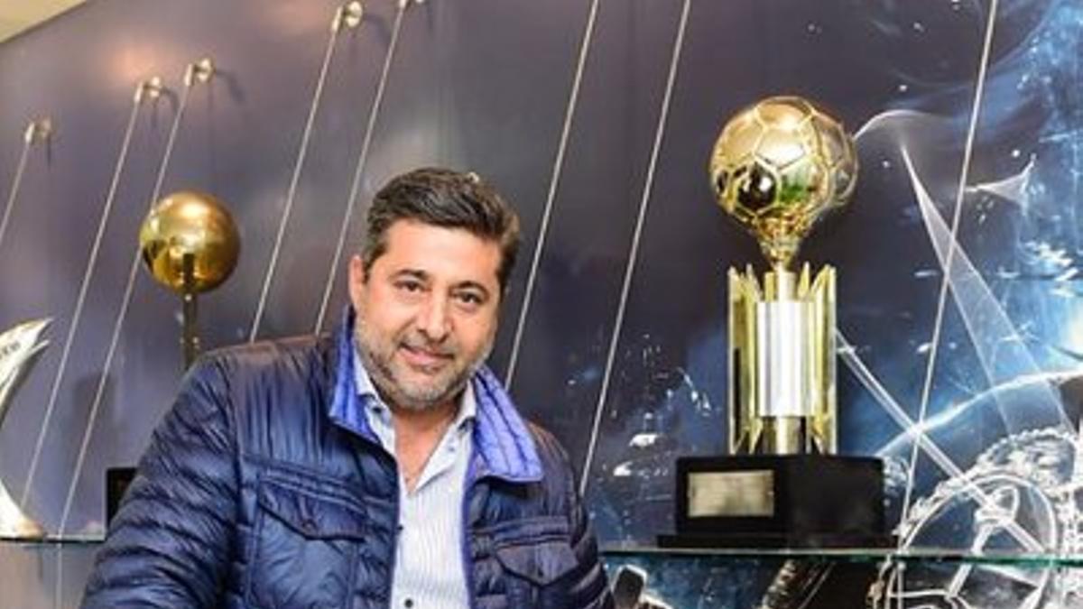 Daniel Angelici, junto a copas obtenidas por Boca Juniors