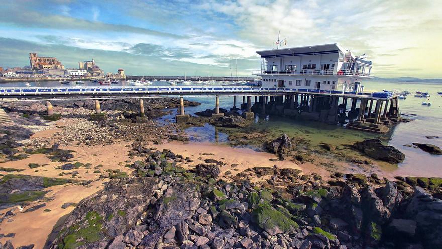 El Club Naútico de Castro, desde el paso marítimo en un día de marea baja.   JUANTXU BAZÁN