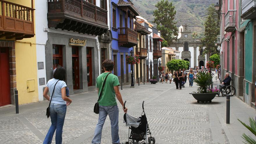 Casas tradicionales en la Calle Real de Teror. Al fondo la Basílica del Pino.