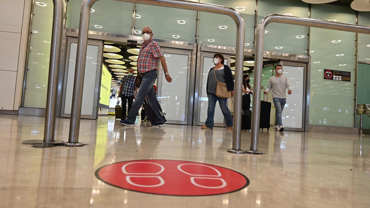 Varios turistas en la terminal 4 del aeropuerto Adolfo Suárez Madrid Barajas.