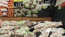 A la izquierda, con etiqueta verde, papas de La Garañaña a 1,15 euros el kilo, y a la derecha, papas procedentes de Israel, a 0,99, en un supermercado de Tenerife