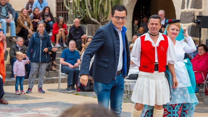 El vicepresidente del Gobierno, bailando este domingo al ritmo del Fondo de Desarrollo de Canarias en el Bodegón del Pueblo Canario.