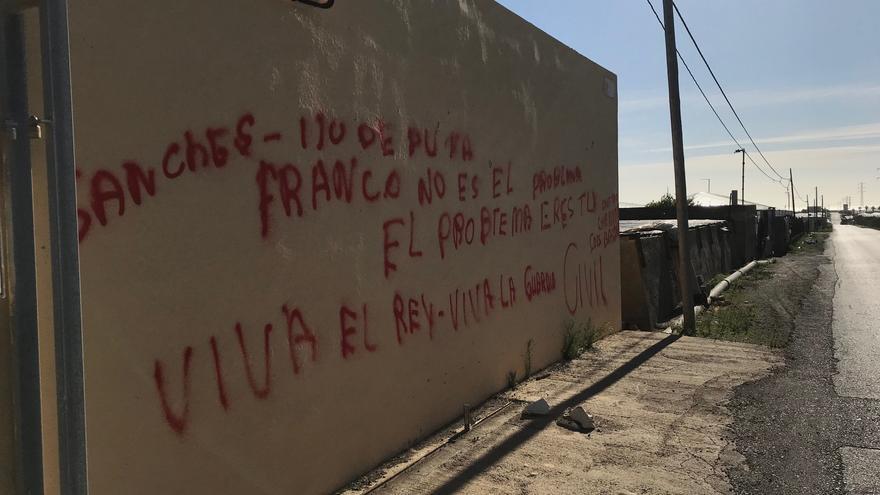 """Pintada """"franquista"""" en un almacén, junto al mar de plástico de los invernaderos del Poniente de Almería."""