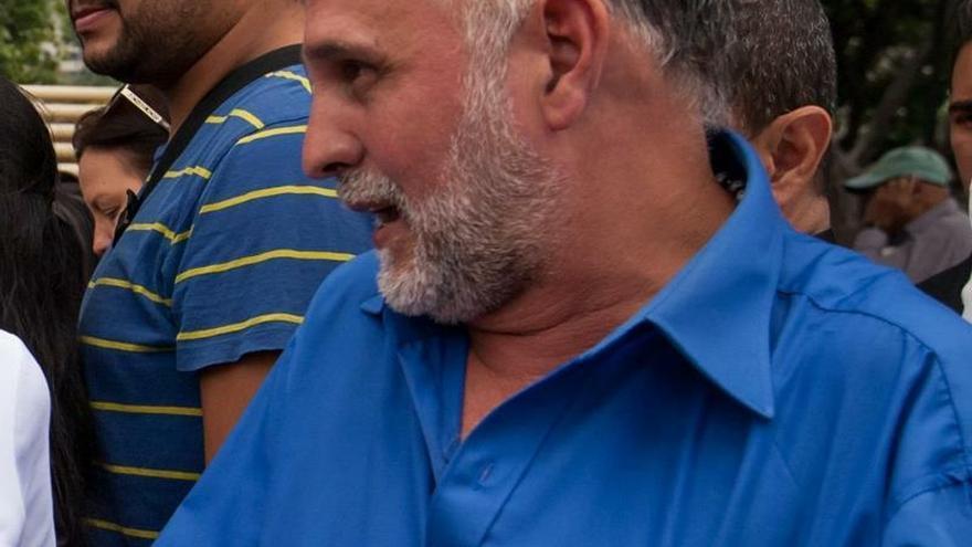 Fotografía de archivo fechada el 15 de abril del 2016, que muestra al diputado Ismael León mientras reacciona durante una marcha, en Caracas (Venezuela).